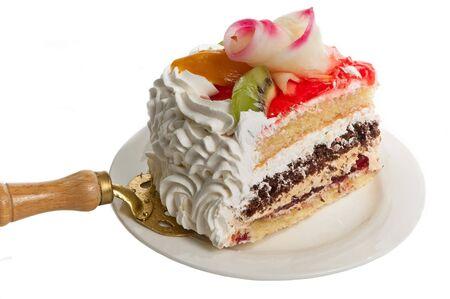 to cake layer: Fetta di una torta di frutta su un piatto isolato sul bianco