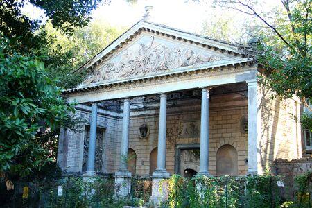 Villa Torlonia a Roma, Italia. Tempio di Saturno Archivio Fotografico - 89237388