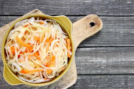 Zuurkool met wortel in een kom