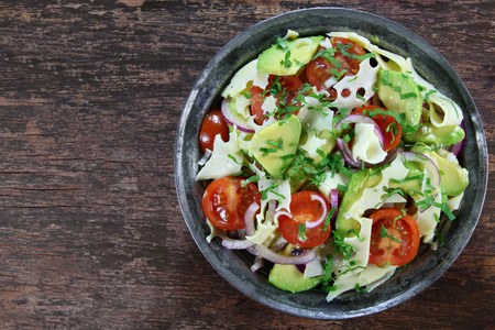 ensalada tomate: Salad with avocado, cheese, tomato and red onion