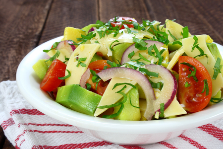tomate ensalada: Salad with avocado, cheese, tomato and red onion