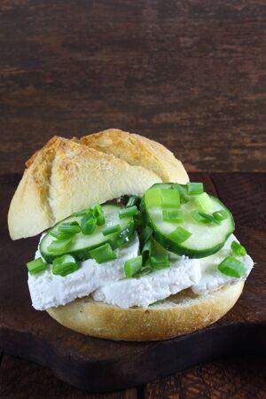 cebollin: Sándwich con queso cottage, pepino y cebolleta Foto de archivo