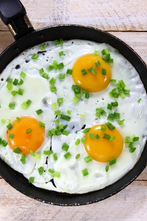 cebollines: Huevos fritos con las cebolletas