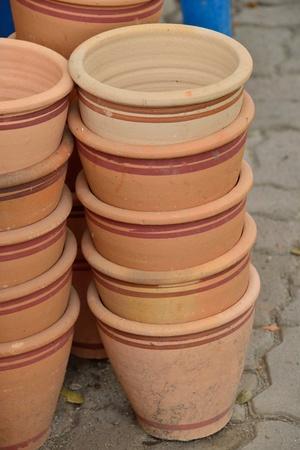 ollas de barro: Las ollas de barro para las plantas de interior Foto de archivo