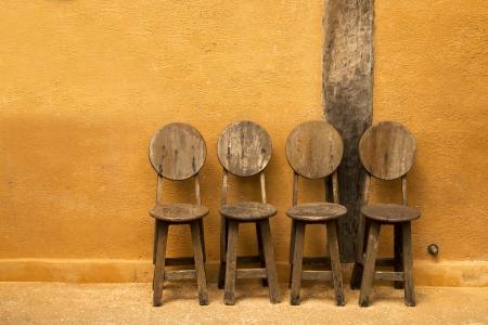 ordelijk: Vier houten stoel zijn ordelijke installatie van de zijwand