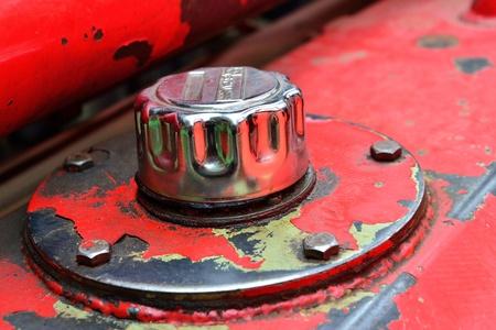 voiture de pompiers: Gros plan le couvercle du réservoir d'huile ancienne installé sur le camion à incendie