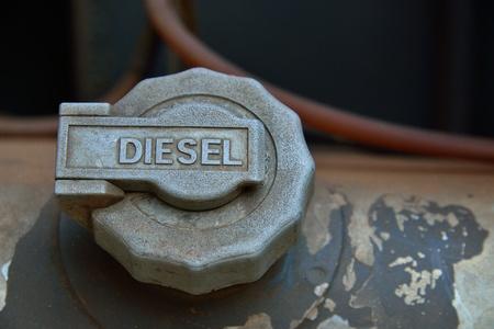 coche de bomberos: Closeup de la tapa del tanque de combustible viejo instalado en el cami�n de bomberos