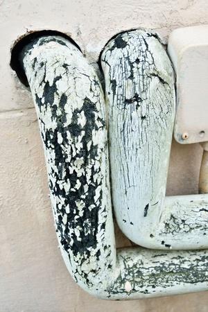 cream colour: Tubi di Grunge sul muro color crema