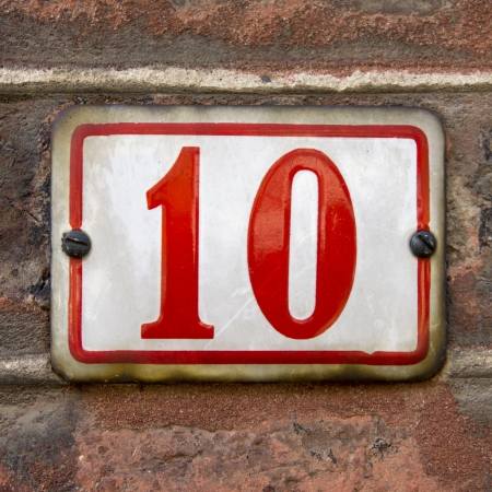 numero diez: casa esmaltado n�mero diez letras rojas sobre fondo blanco
