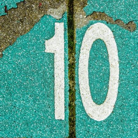 numero diez: N�mero diez en los azulejos del pavimento de color. Foto de archivo