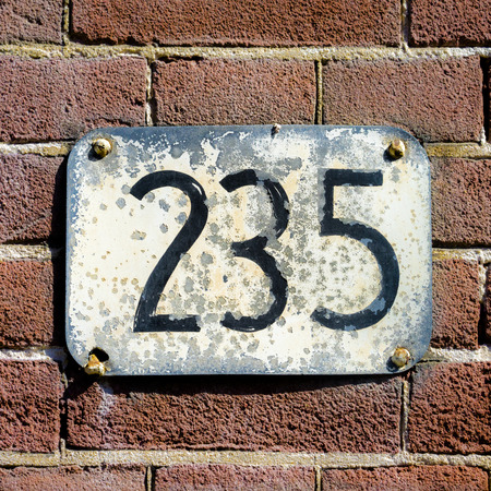 thirty five: intemperie numero civico 235.