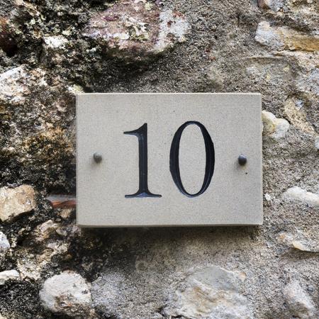 number ten: casa n�mero diez grabado en piedra.