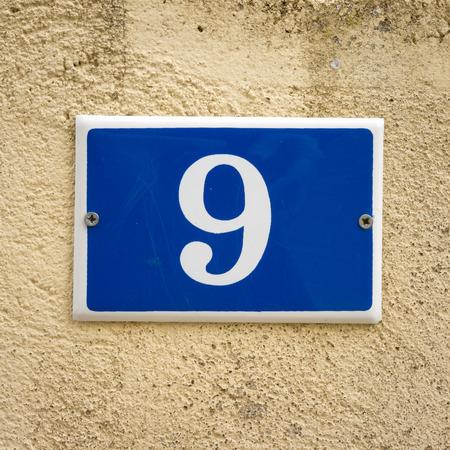 numero nueve: n�mero de la casa esmaltado nueve. Foto de archivo
