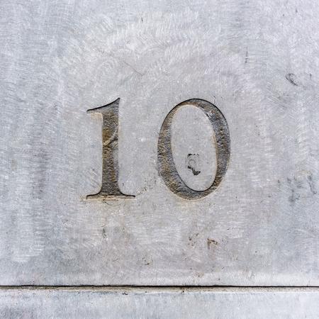 number ten: casa n�mero diez grabada en la piedra Foto de archivo