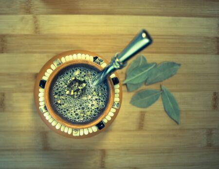 yerba mate: La yerba mate infusi�n en taza de arcilla con bombilla, vista de �ngulo alto Foto de archivo