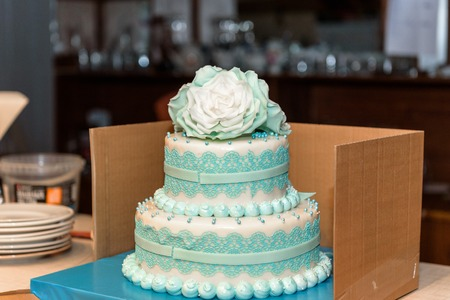 Green wedding cake decorated with sugar white flowers. Standard-Bild
