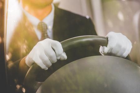 Gros plan de l'ouverture du chauffeur Conduire une voiture avec un gant