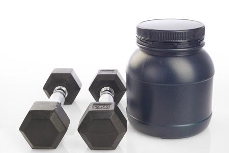 Isoliert zwei Hanteln und Protein-Pulver Flasche auf wei�em Hintergrund