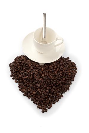 Tasse mit Kaffeebohnen in Form Herz Lizenzfreie Bilder