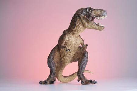 dinosaurio: disparar dinosaurio y modelo monstruo sobre fondo rojo