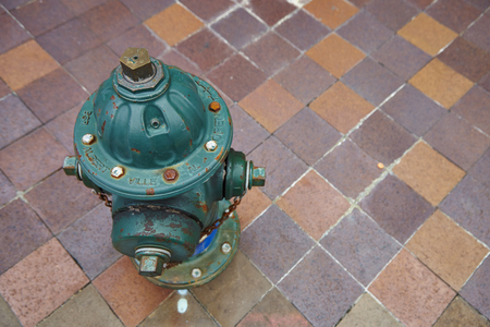 borne fontaine: Old bouche d'incendie dans la rue