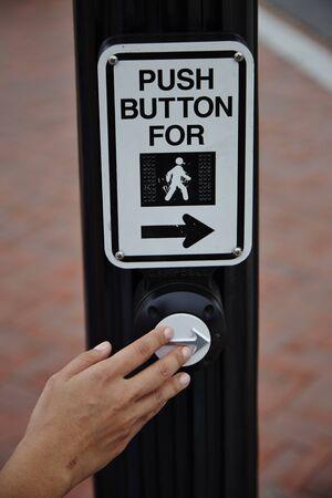crosswalk: pulsador para la muestra del paso de peatones - En la calle Foto de archivo