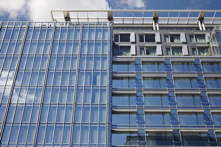 Blaue Spiegelglasfassade Hochhaus Geb�ude Stadt Lizenzfreie Bilder