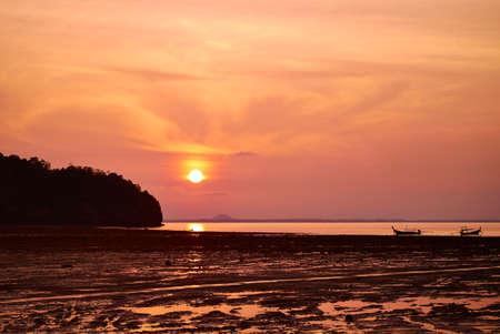 Sonnenaufgang �ber dem tropischen Meer