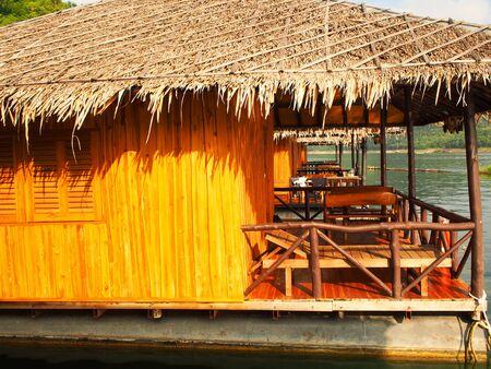 Flo� und Haus im Fluss schwimmenden Kwai, Kanchanaburi, Thailand