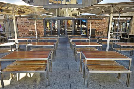 Muebles De Jardín Elegante En La Terraza Con Mesas Y Sillas. Fotos ...