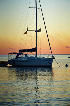 Yacht Segeln gegen Sonnenuntergang