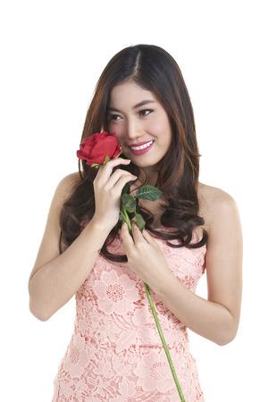 Portr�t von attraktiven h�bsche asiatische Frau isoliert auf wei� Studio mit roten Rosen erschossen