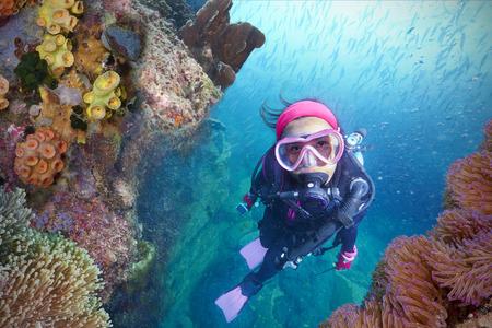 Young Woman Scuba Diver explore un Coral Reef