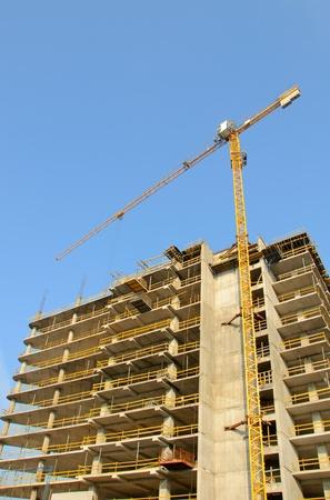 Crane und Baustelle gegen blauen Himmel