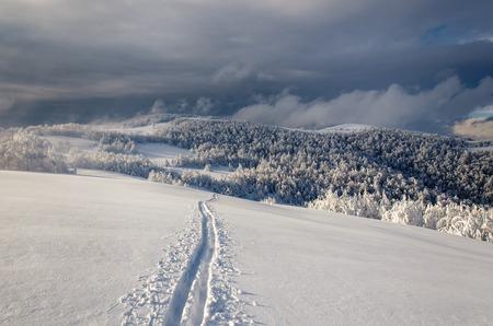 skipiste: Winter Berglandschaft mit einsamen Piste