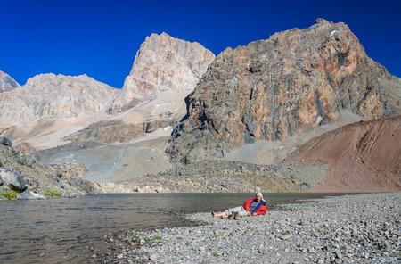 hombre solitario: Hombre solo descanso en el lago de monta�a