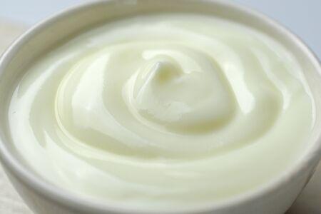 Schüssel mit Sauerrahm-Joghurt - Nahaufnahme