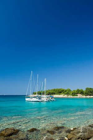 docked: Barcos de vela atracados en la hermosa bah�a, el mar Adri�tico, Croacia