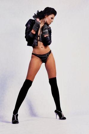chaqueta de cuero: mujer sexy en la chaqueta de cuero y guantes Foto de archivo