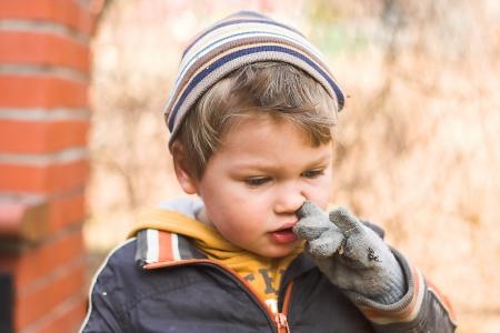 jardin de infantes: Vertical si el chico con gorra tejida, hecha en el oto�o en el jard�n Foto de archivo
