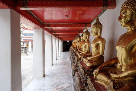 obedecer: estatua budismo en Tailandia Foto de archivo