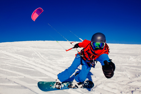 맑은 파란 하늘에 대하여 러시아의 툰드라에서 겨울에 신선한 눈에 연와 스노. Teriberka, 콜라 반도, 러시아. 겨울 스포츠 snowkite의 개념입니다. 스톡 콘텐츠