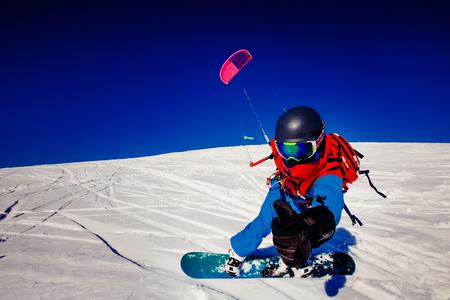 맑은 파란 하늘에 대하여 러시아의 툰드라에서 겨울에 신선한 눈에 연와 스노. Teriberka, 콜라 반도, 러시아. 겨울 스포츠 snowkite의 개념입니다. 스톡 콘텐츠 - 80252061