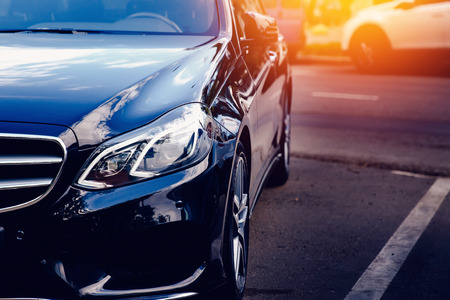 Moskou, 12 Rusland-Juni, 2017: Zwart Benz van Mercedes op de straat stemde met glans van de zon