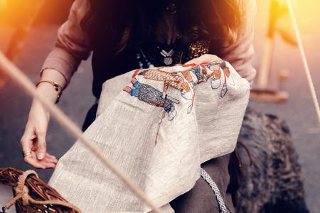 Mädchen bestickt einen Faden mit einem Faden. Konzept ist eine alte Ära, die Wikinger.