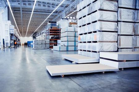 Logistiek magazijnbeeld Gezaagd hout. Gipsplaten, dvp, spaanplaat,