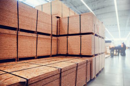 Magazijn industriële gebouwen voor opslag van materialen en hout. Conceptlogistiek, transport. Bewegingsonscherpte effect. Fel zonlicht.