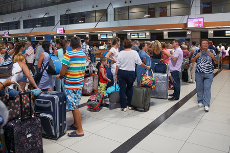 Antalya, Turkey - 2017 년 9 월 26 일 : Antalya 국제 공항, 비행 지연, 사람들은 비행 대기 중