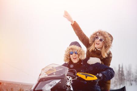 연인. 가족을위한 겨울 활동. 개념 겨울, 크리스마스 휴일입니다. 스톡 콘텐츠