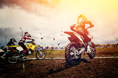 オートバイ。マウンテン バイク オートバイ モトクロスのチームの選手を開始します。